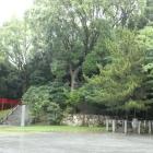 左手本丸登城口と本丸の樹林