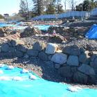 発掘現場(手前が江戸時代の石垣、奥が戦国時代の石垣)