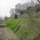 御園門近くの空堀・土塁と石垣