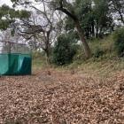 三の丸跡。テニスコートが作られているが、土塁が残っている。