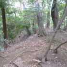 崖端の土塁