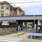 旧亀山城三の丸新御殿門 亀山城址から約6km離れた千代川小学校に移築されています。   御殿門