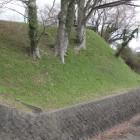 本丸城塁と改修された濠