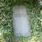 垣根に埋もれた石碑