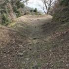 同左より北、東面の堀と土塁