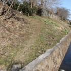南面館跡の土塁と濠