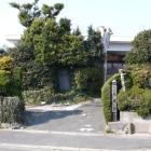 県道沿いの成願寺、奥に石碑