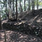 本丸の石垣。上が土塁。