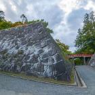 本丸石垣・二の丸石垣(右奥)