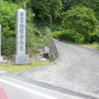 村道より石上城、登福寺標柱ここより入る