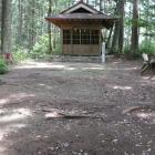 本曲輪内部、神社、右手側土塁