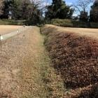 麓の居館跡堀と土塁