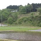国道301号線より丘陵の亀山城を眺める