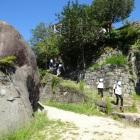 本丸南下の石垣と馬洗岩