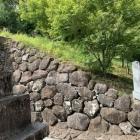 武田神社鳥居前の石垣の裏側