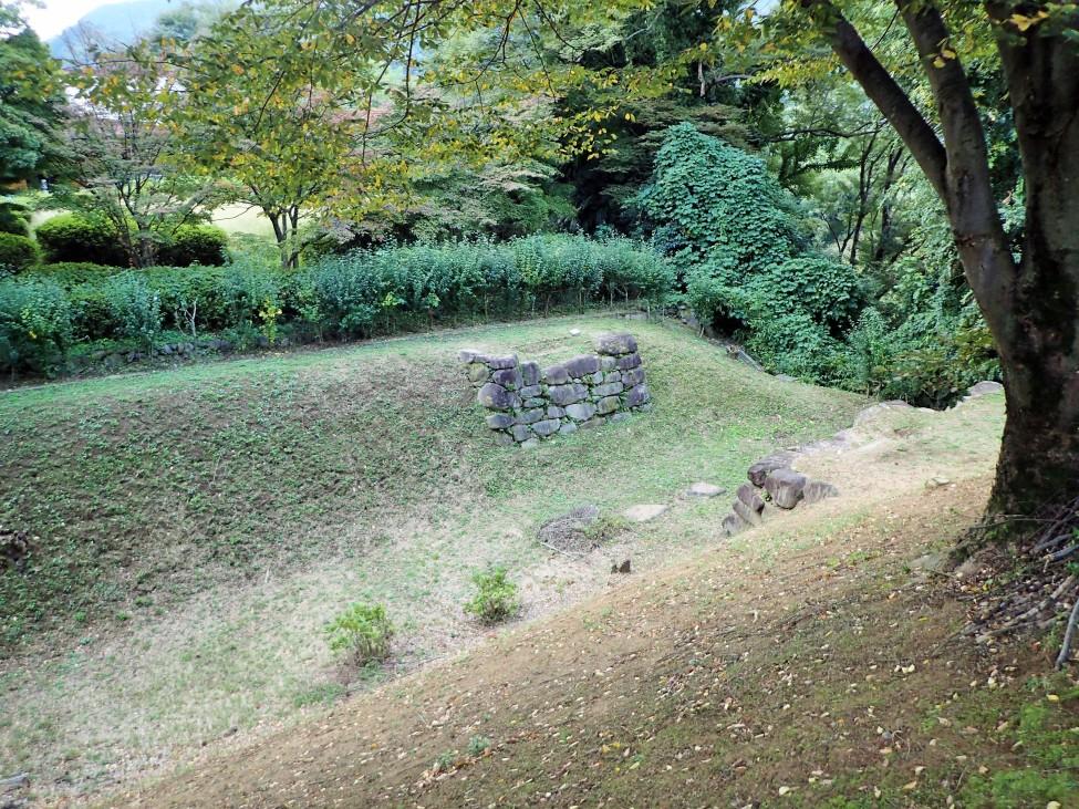内郭東側土塁上から見た堀