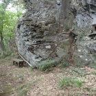 岩場と木彫地蔵