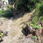 南東角土塁、前は畑で堀跡