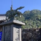 若き日の信長像と金華山