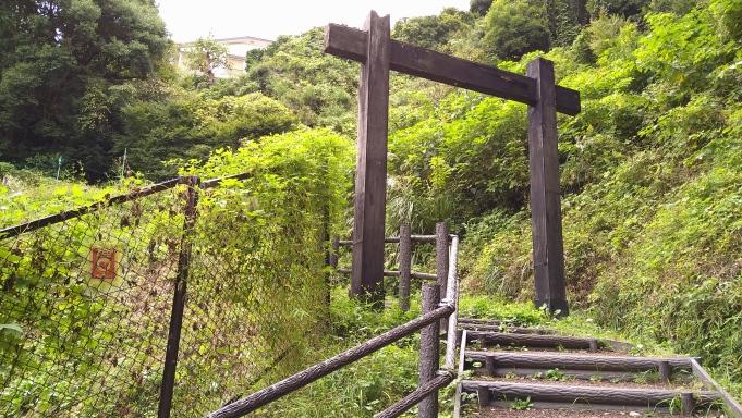 七曲りに建つ復元冠木門
