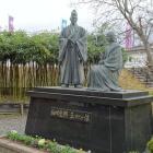 勝龍寺城公園内にある細川忠興と明智玉。