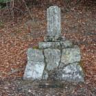 途中にある墓石。赤井城主までは読めたが、誰の墓かはわからず(赤井直正?)。