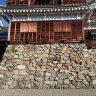 築城時(右側)と増築時(左側)の石垣の境界線