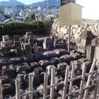 銅門番所脇の転用石置場
