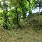 本丸の(城塁と石垣と堀切)