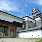 階段側から見た三重櫓と前御門