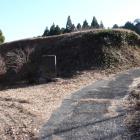 二の曲輪高土塁、右虎口、左石碑