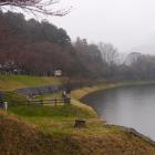 遺構の遺る湖畔の森
