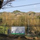 本丸の武田方砦説明板と鳶ヶ巣山砦を望む