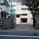 目黒学院校門前(道路の反対側にもある)