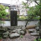 石橋の先に石碑