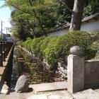 山門脇の堀と土塁
