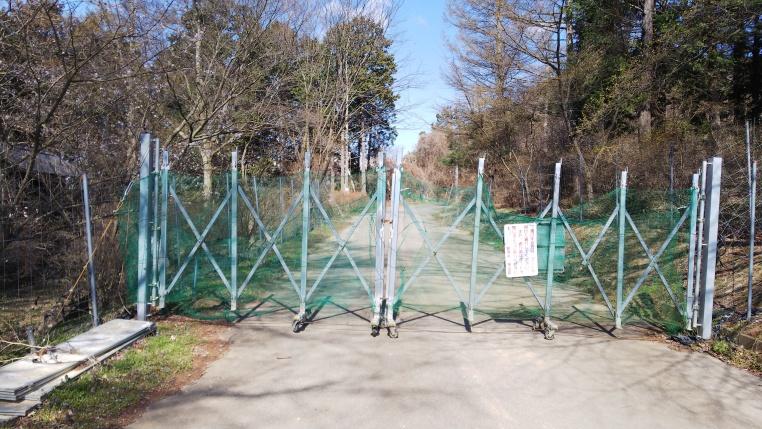 ゲートは自分で開けましょう。