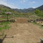 味噌曲輪の石垣、向こうに要害山城