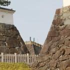 稲荷櫓台東下から櫓台と二重石垣北側の石垣漆喰土塀間の隙間に天守台