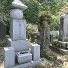 長泉寺の石川家廟所にある初代石川昭光の墓碑と顕彰碑