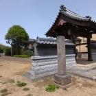 山門前に立つ石碑
