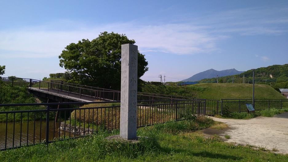 東虎口前に立つ石碑