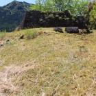 北郭の残存石垣を入れて撮る、奥の石垣は本郭北面
