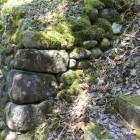 西郭最下段Ⅶの石垣、右は急な下城階段