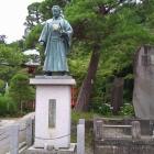 境内に建つ土 方歳三の像